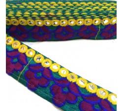 Broderies Galon ethnique brodé - Fond vert - Fleurs bordeaux et bleues marine - Bordure miroirs jaunes - 35 mm babachic