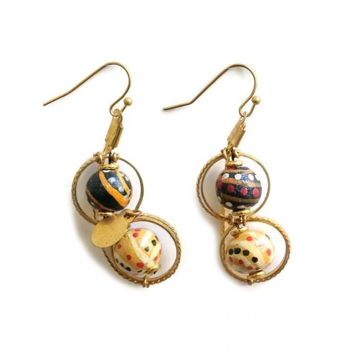 Short earrings assembled on a golden chain
