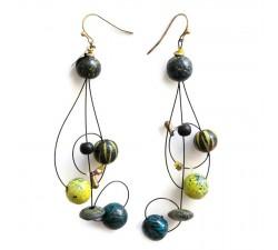 Pendientes Boucles d'oreille longues en forme de clé de sol assemblées sur fil métallique, perles en bois jaune, noir et bleu...