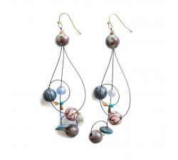 Inicio Boucles d'oreille longues en forme de clé de sol assemblées sur fil métallique, perles rose et bleue